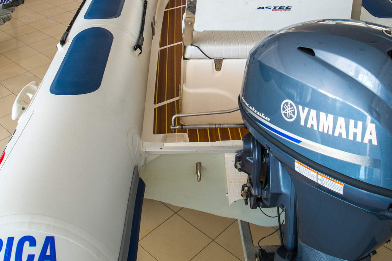 barco com motor YAMAHA